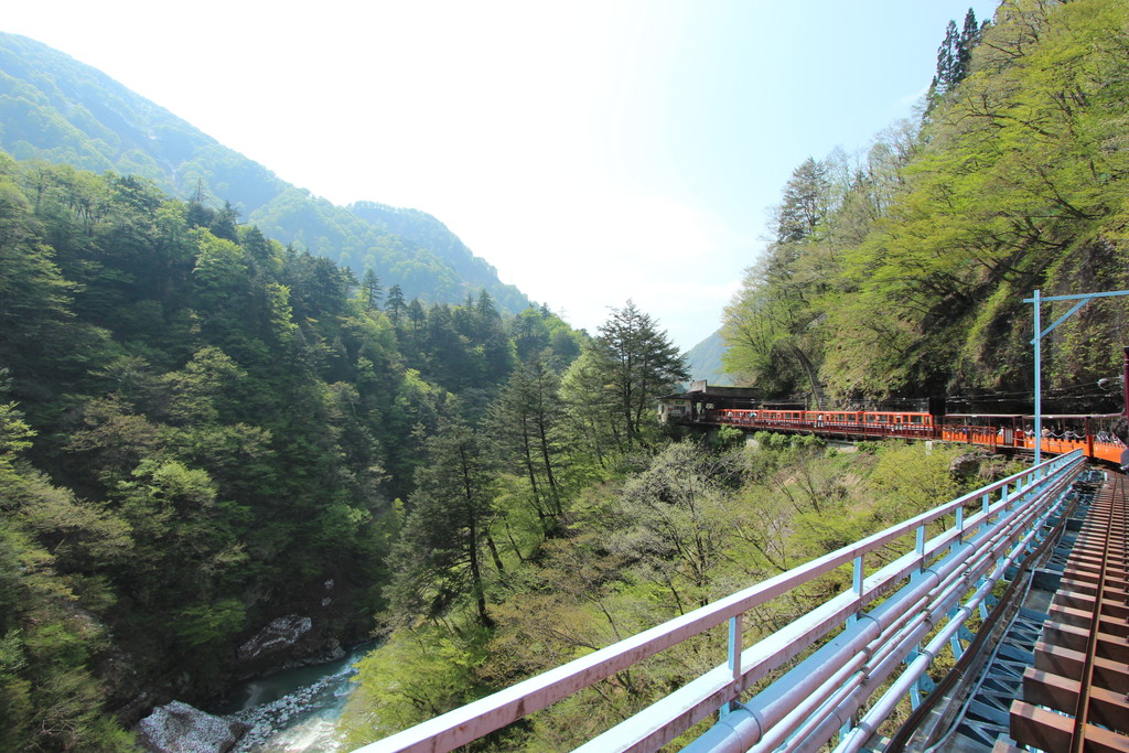 【日本一周】日本一深いV字峡谷、黒部峡谷をトロッコで回ってみた!黒部峡谷鉄道