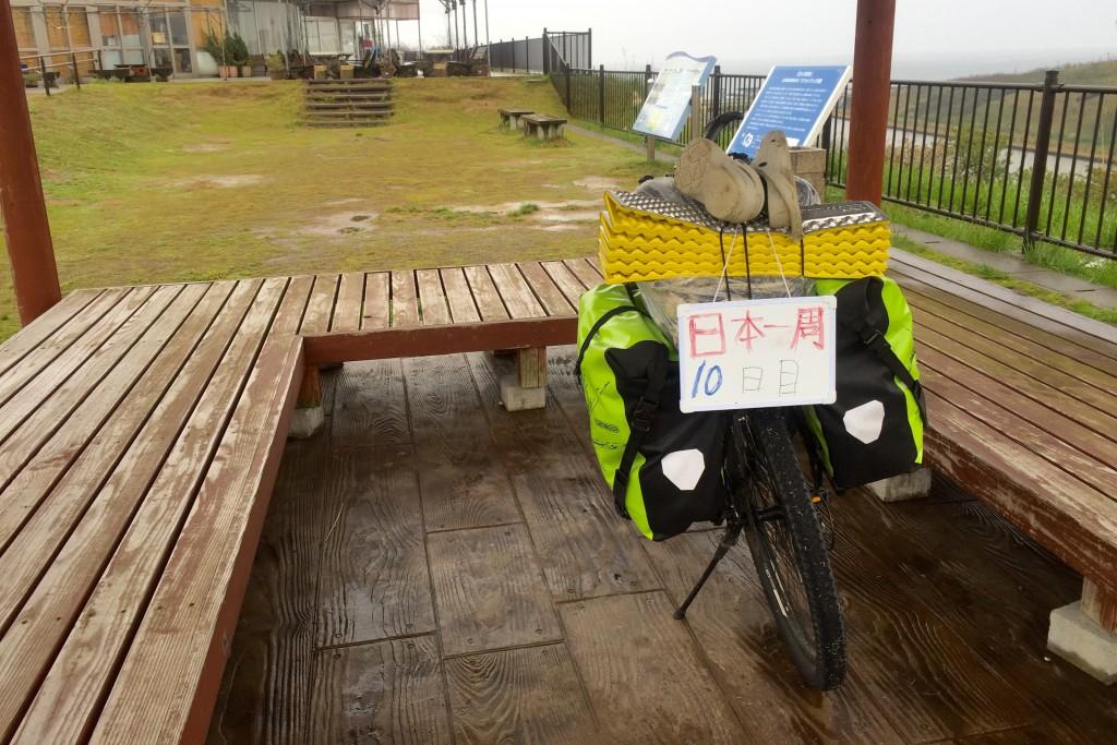 【日本一周】豪雨の中パンク修理して諦めかけていたら、女性に助けられて救われた話。