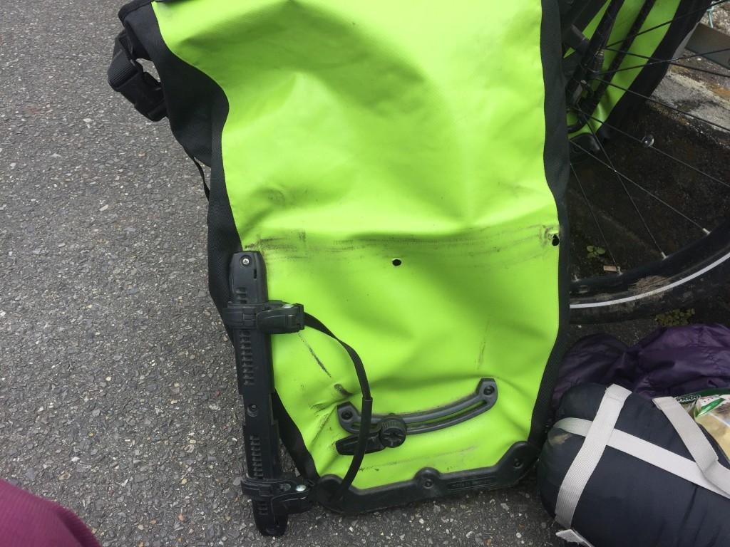ORTLIEBサイドバッグがネジ・ボルト外れした際の修理方法について【バックローラークラシック】