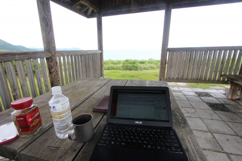 旅にノートパソコンを持っていくべきか?メリット・デメリットを全て述べる