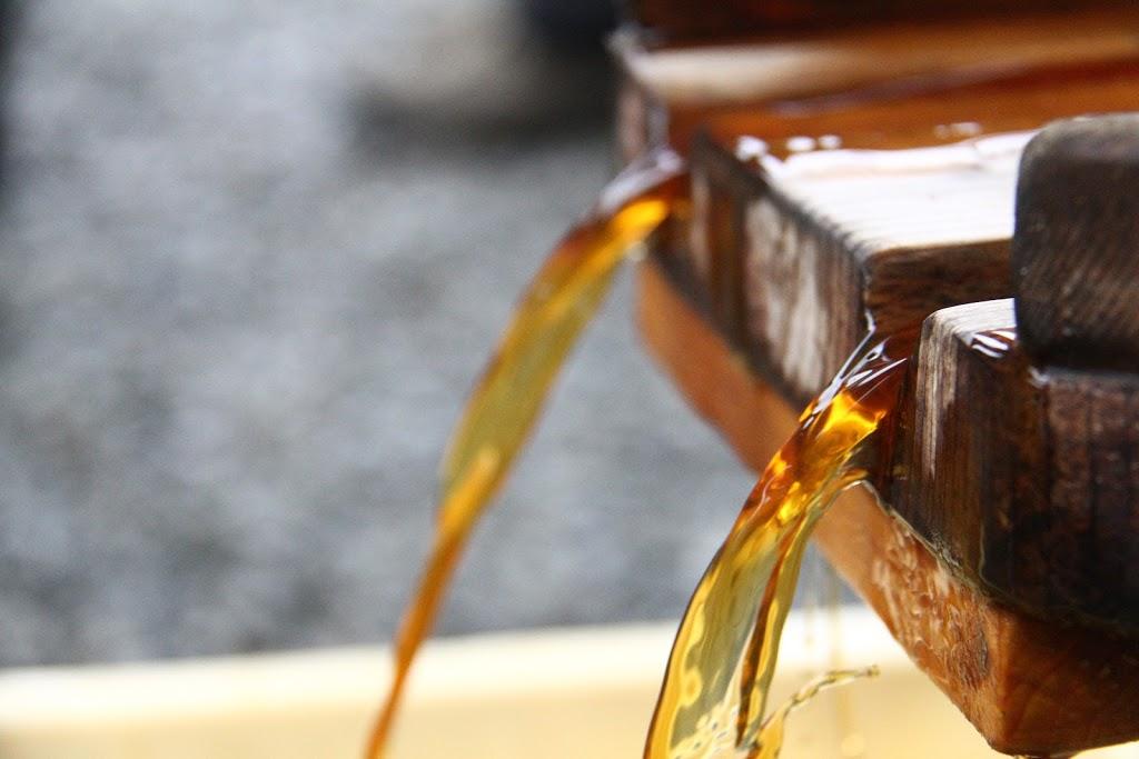 田舎の謎に満ちた恒例イベント「醤油しぼり」を初めてやってみた!醤油って実は透明なんだ。